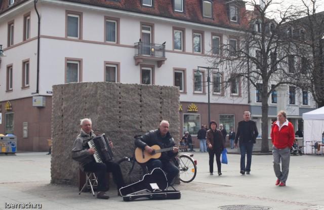 """Музыканты в момент их фотографирования неожиданно запели по русски: """"Парня полюби-ила на свою беду......."""