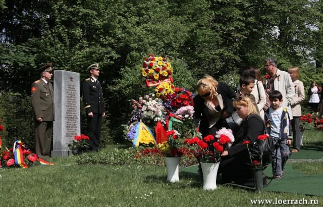"""Базель, кладбище """"""""Хернли"""". Церемония возложения венов к могиле советского солдата."""